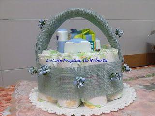 """""""Cestino"""" formato da 10 pannolini con all'interno: olio, shampoo, bagnoschiuma e salviettine umidificate"""
