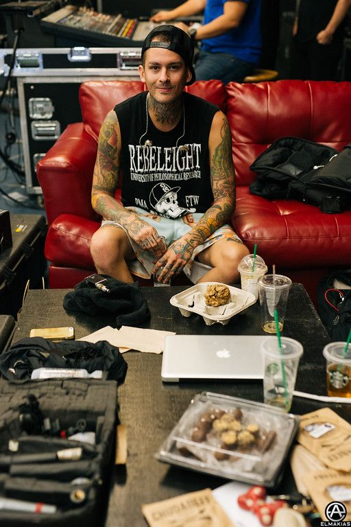Lol that's the collection of the most random stuff, you got a mac, some type of equipment, starbucks, food and some Minnie Mouse looking bow, and a bunch of other stuff. Like really? Lol love PTV