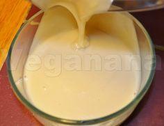 leite condensado de aveiaINGREDIENTES  1 xícara de açúcar cristal orgânico 1/2 xícara de água fervente 3/4 de xícara de farinha de aveia* (eu usei flocos)   PREPARO  Bata o açúcar e a água fervente no liquidificador por mais ou menos 3 minutos em potência máxima. Acrescente então a aveia e bata por mais uns 2 minutos ainda em potencia máxima ate obter um creme liso e na consistência do leite condensado tradicional.