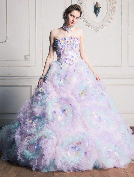 AK-10655Li 優しい多色的な色彩を表現したソフトチュールの立体的なお花でスカート全体を埋め尽くし、プチフルールでデコレートしたスイートなソワレ。グリッターチュールを施すことにより輝きを加え、華やかな印象を引き出しています。 ラベンダー カラードレス 桂由美 ふわふわ Lavender dress