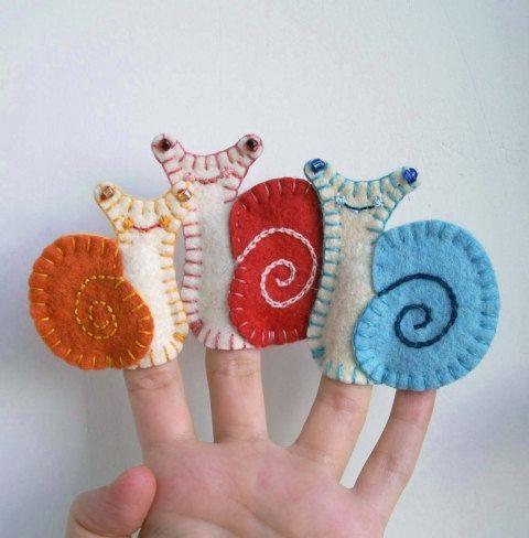 Ca. 7 cm (2,8 en) haute parents avec un petit escargot enfant. Marionnettes à doigt en feutrine de laine cousues à la main.