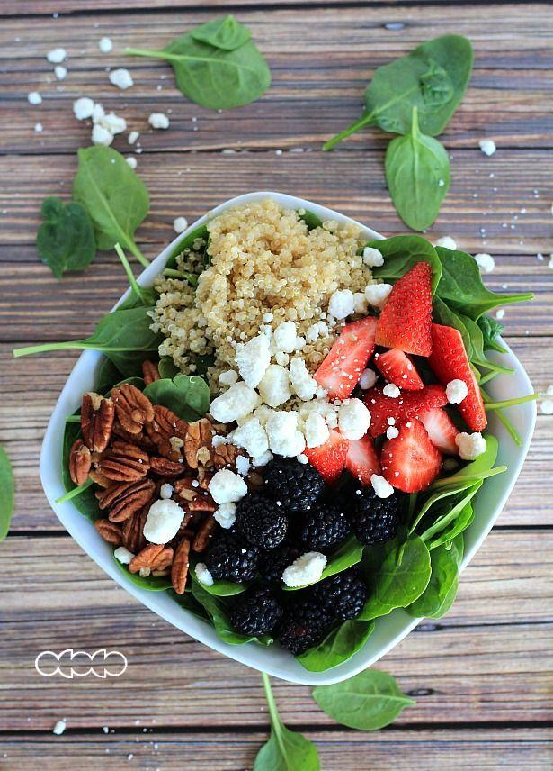 Detox Salad Per L'autunno: spinaci, basilico, more, scalogni e fragole.