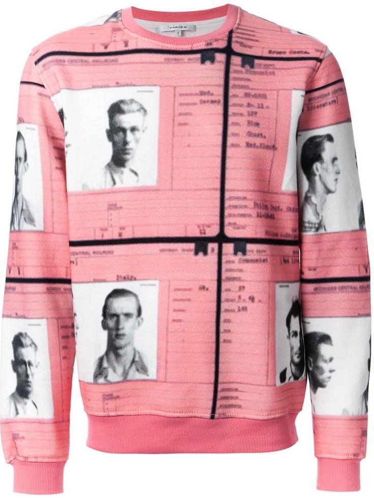Il brand Carven è nato a Parigi come marchio pensato per le donne minute. Oggi è tra i marchi che meglio sanno coniugare delicatezza e contemporaneità. E questa felpa da uomo in rosa ne è un esempio perfetto!   CARVEN mugshot print sweatshirt