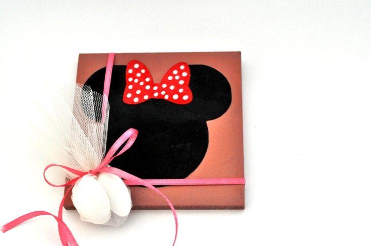 Κανδράκι ξύλινο 10cm*10cm με θέμα την φιγούρα της γλυκιά Minnie.  Περιλαμβάνει 3 κουφέτα αμυγδάλου Χατζηγιαννάκη