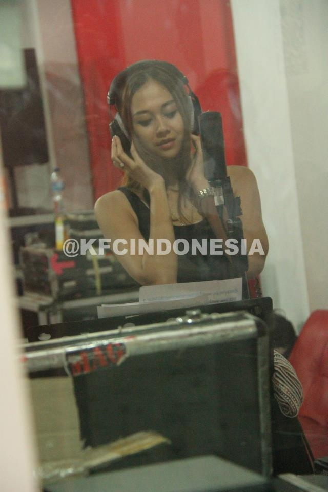 Aura Kasih sedang bersiap untuk take vokal jelang KFC Adu Bintang