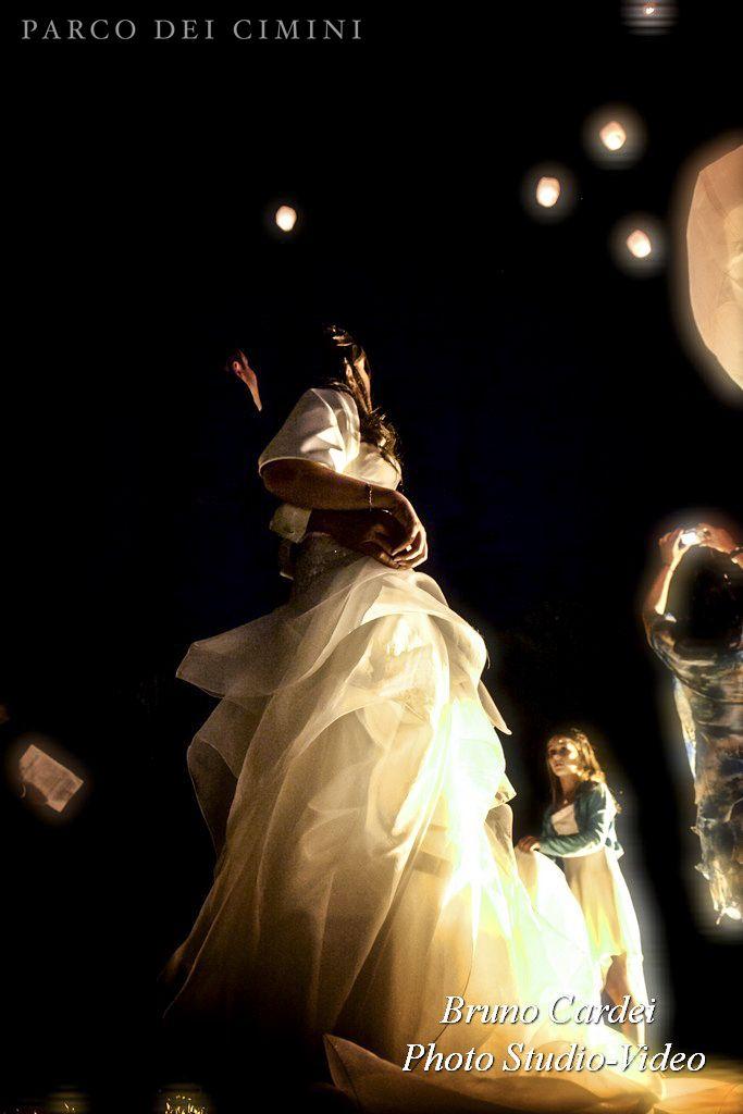 Sposi sotto le stelle con lanterne portafortuna
