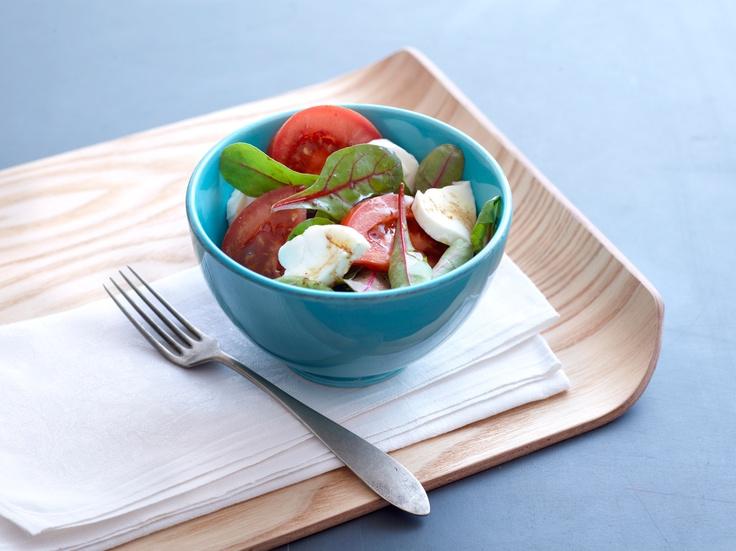 Tomaatti-mozzarellasalaatti - oiva lisuke grillatun kalan tai lihan kanssa tarjottavaksi. Resepti löytyy täältä: http://www.dansukker.fi/fi/reseptej%C3%A4/lounas/tomaatti-mozzarellasalaatti.aspx