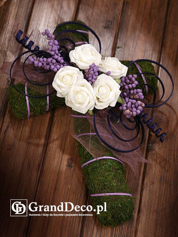 Krzyż z mchu z dekoracją z kwiatów sztucznych i suszu egzotycznego: farbowane gałązki canella, ratan pawie oko, ratan spirala, ratan w paskach. Wszystkie elementy do nabycia na www.GrandDeco.pl