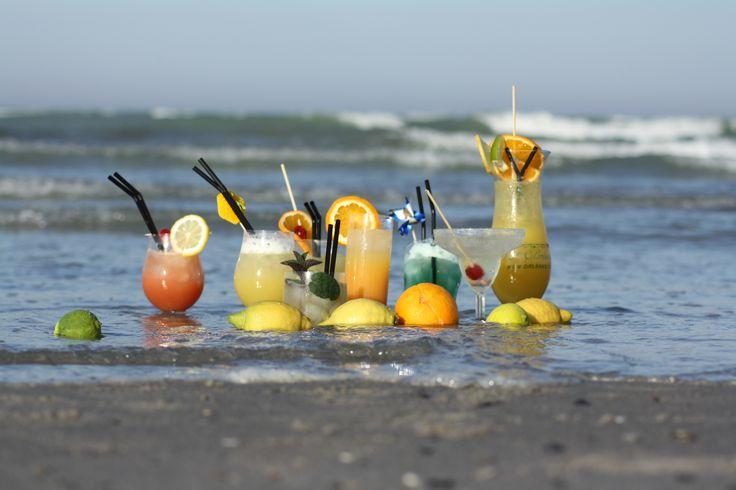 Noorbohandelen har udgivet et sæt #postkort med de bedste #cocktailsopskrifter. Dette billede er taget på #Ulvshale #strand på #Møn - her er næsten caribisk ;) #nyd #dansk #sommer #nyord #møn #noorbohandelen #cocktail #longdrink #mixit #taste #danish #summer #govisitmoen