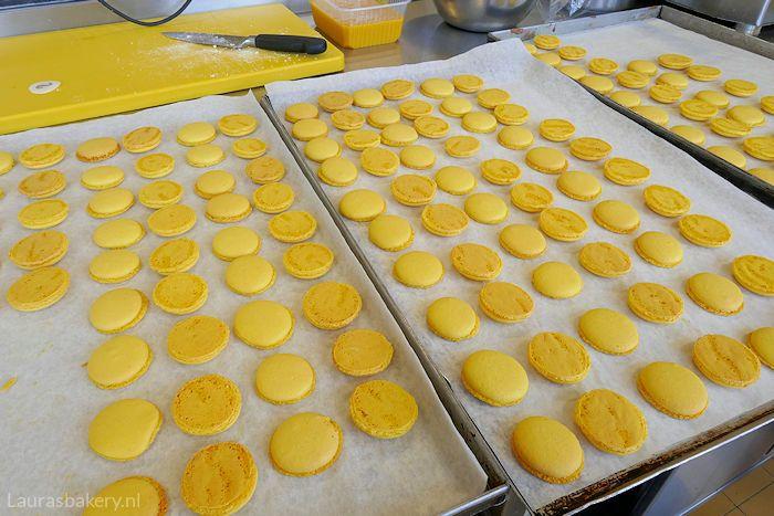Mango-passievrucht macarons - Laura's Bakery