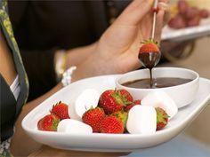 Suklaafondue on hauska jälkiruoka. Valmista fondue ja annostele kastiketta jokaiselle ruokailijalle omaan pieneen kuppiin. http://www.valio.fi/reseptit/suklaafondue/