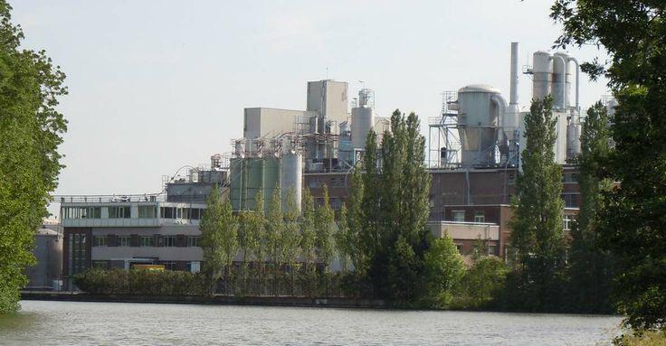 Brugwal 11 - zeepfabriek Persil met kenmerkende sproeitorens en opslagtanks, onderdeel van Henkel; op deze locatie gestart op het terrein van een oude veevoederfabriek Cockuyt, zijn fabrikantenwoning staat te verkommeren (1931)