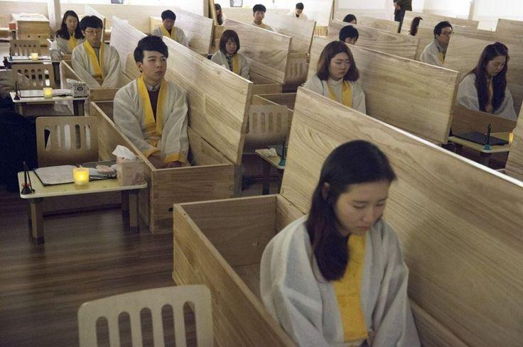 Orang muda Korea Selatan dalam gambar ini tengah menjalankan 'terapi kematian' di mana mereka akan 'merasai kematian' dengan tidur dalam keranda dan memakai baju mati. https://www.thevocket.com/inilah-realiti-di-sebalik-kadar-bunuh-diri-yang-tinggi-di-korea-selatan/