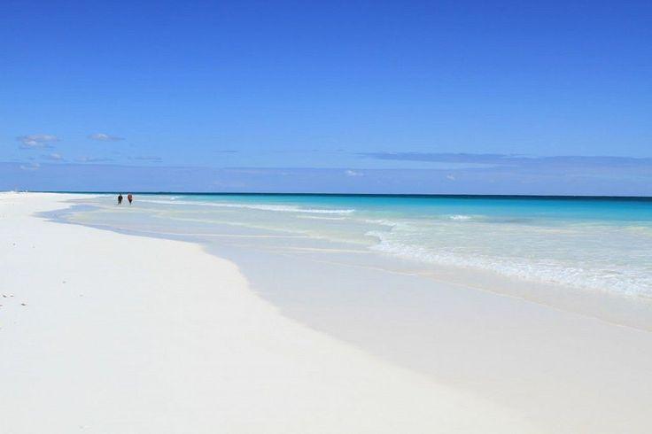 La Reserva de Sian Ka'an que significa puerta del cielo o lugar donde empieza el cielo es un espacio natural protegido y patrimonio por la UNESCO desde 1987.  Se localiza en la costa caribeña del estado de Quintana Roo.   La reserva natural es la más grande del caribe Mexicano con más de 650 mil hectáreas. En su extensión hay alrededor de 25 sitios arqueológicos sin explorar.  Éste paraíso natural tiene zonas casi vírgenes con manglares, playas, lagunas e incontable vida silvestre.