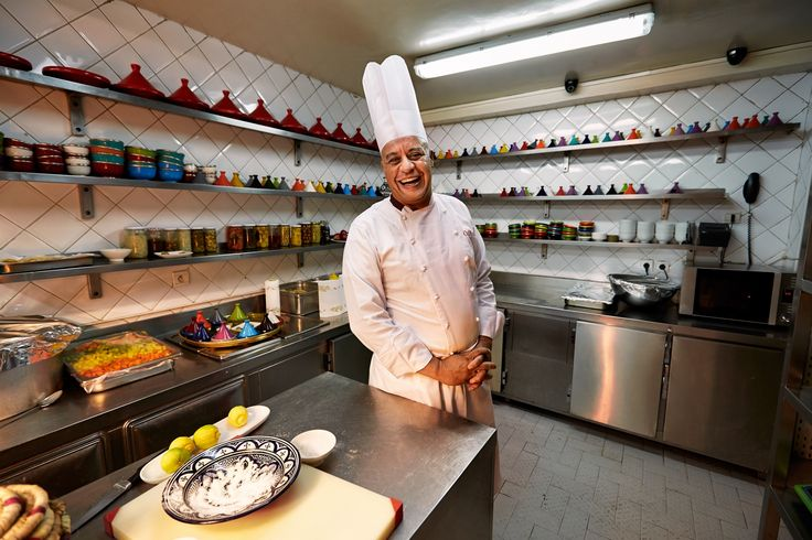 Marokkaanse mannen binden steeds vaker het kookschort om. Hun voorbeeld is Moha Fedal. Vicky de la Cotera Manrique ging op pad met deze bekendste chef van Marokko en motor achter de hedendaagse fusion cuisine van Marrakesh.