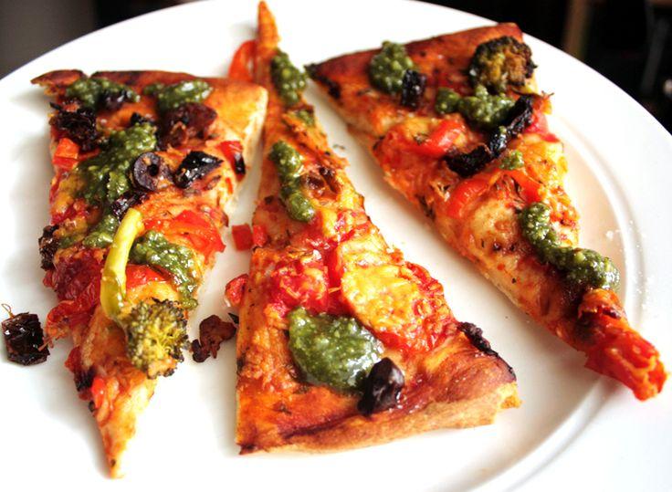 Vegan pizza med brokkoli.