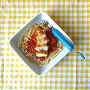 Mmmm, Parmezaanse kip met tomatensaus! Spaghetti bolognese is niet de enige Italiaanse klassieker die het goed doet bij kinderen! Lekker recept voor kinderen. http://dekinderkookshop.nl/recipe-items/parmezaanse-kip-met-tomatensaus/