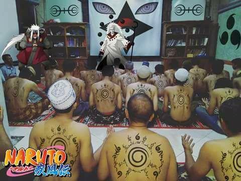 """Heboh Istighosah """"Naruto"""" ala Nuril Arifin  Acara Istighosah pimpinan Nuril Arifin diedit menjadi versi Naruto oleh netizen (sumber FB)  Sebuah acara istighosah yang dipimpin tokoh Gusdurian Nuril Arifin membuat netizen Muslim terperangah. Pasalnya para peserta yang semuanya laki-laki bertelanjang dada dan di punggung mereka dicoreti spidol berisi rajah tertentu. Video yang diunggah FP Kongkow Bareng Gusdur menjelaskan ritual tersebut sebagai 'Wifiq' atau tulisan atau rapalan dengan klaim…"""
