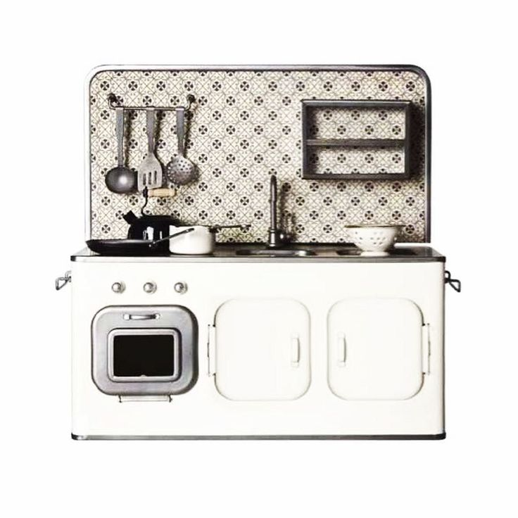 #kivanta #maileg #mailegworld #dollfurniture #dollsfurniture #dollkitchen #miniturekitchen #metaldollfurniture #vintage #vintagestyle #vintagetoy #vintagedoll #hoursofplaytime #mailegkitchen #blackandwhite  This beautiful kitchen is new and in stock. And I am kind of in love.  Our kids have the same exact kitchen in the yellow version and I can't even count the hours of fun they've had with it.  One of the best toys in our house. So if you are looking for a really special gift for a special…