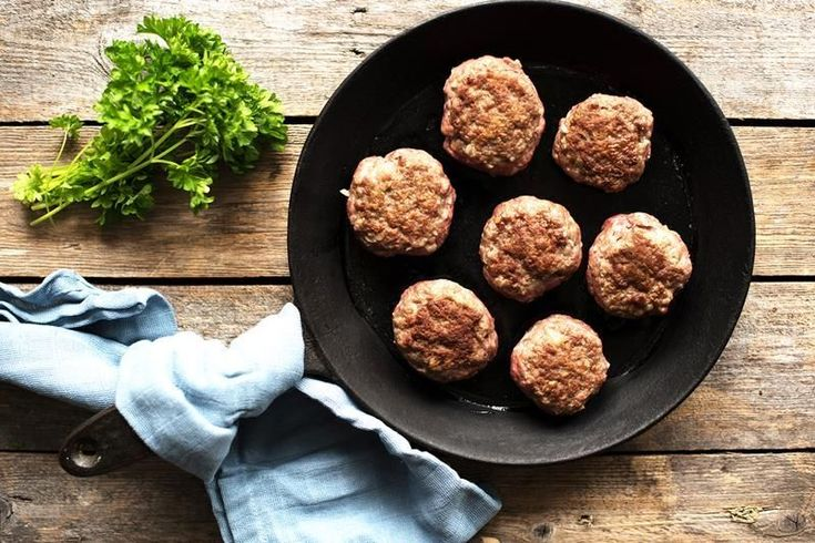 Smaken av mors kjøttkaker - på en hverdag! Slik lager og steker du kjøttkaker kjapt og riktig. Tips og oppskrift på kjøttkaker.