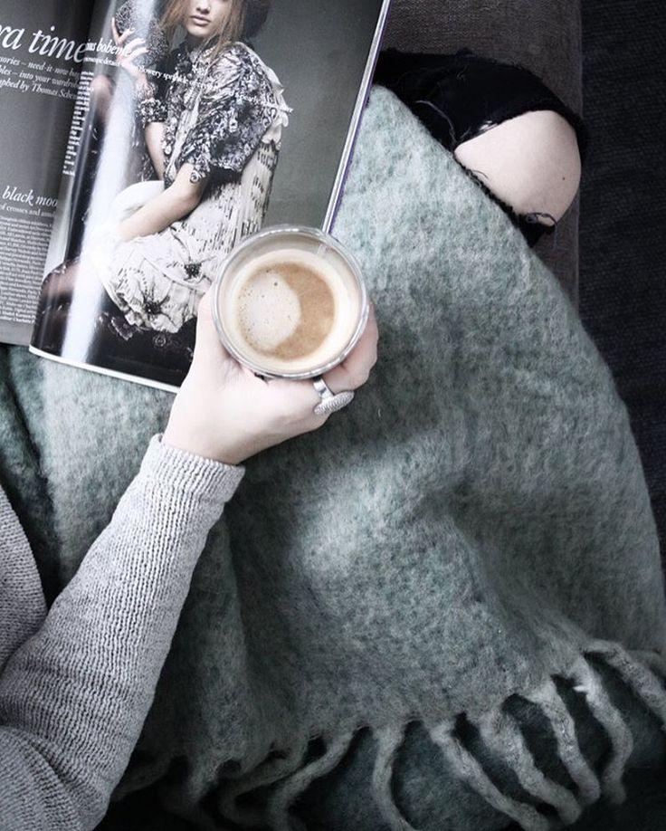 Sunday mood Pledd og kaffekopp finner du på www.woroom.no sammen med MASSE flotte nyheter! Perfekt dag for litt nettshopping #hjemmehosworoom #woroom #cozylivingcopenhagen #serax