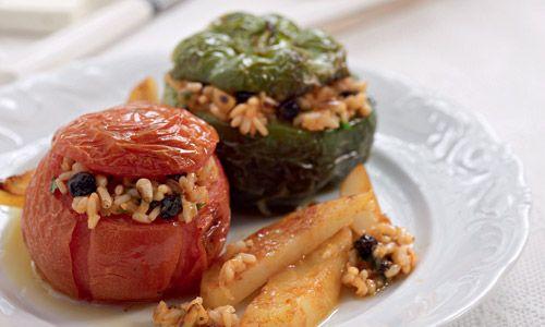 Γεμιστές ντομάτες και πιπεριές με ρύζι, μυρωδικά, σταφίδες και κουκουνάρι υπό τις οδηγίες του Ηλία Μαμαλάκη.