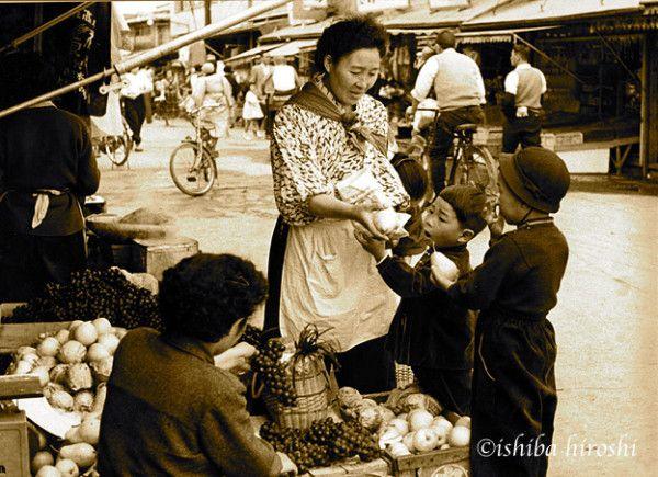 #aomorist 昭和30年代に石場博氏が撮影した、懐かしの青森市古川市場と思われる写真です。子供が母親に洋梨を買ってくれるようにせがんでいる?まるで、自分の子供時代を見ているようだ。オフクロは85歳をとうに過ぎている・・・。