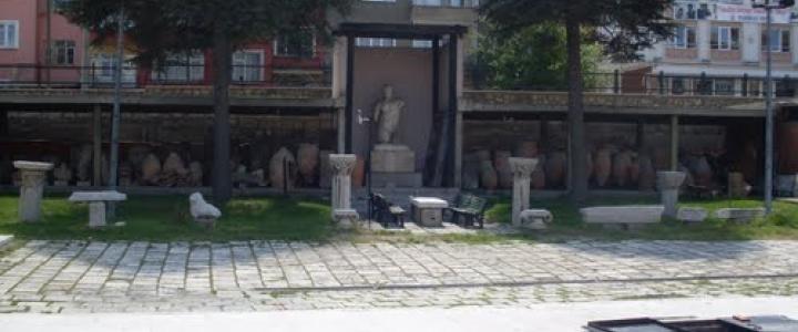 """Bölgedeki 40 kadar höyük, 20 kadar antik şehirden derlenen eserlerle, Kalkolitik, Eski Tunç, Hitit, Frig, Hellenistik,Roma ve Bizans devrine ait kazı çalışmaları sonucu bulunan eserleri sergilemektedir. Ayrıca müzenin bahçesinde Herakles, İmparator Hadrion tipi kolossal(büyük) heykeller, İon, korinth tipi sütun başlıkları, üzerleri yazıtlı veya kabartmalı ve bölgenin tipik eserleri arasında olan """"Kapı Tipi Mezar Stelleri"""", pişmiş toprak lahidler ve çeşitli mimari eserler sergilenmektedir."""