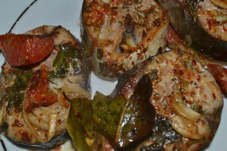 Fırında Palamut Balığı    -  Zehra Şener #yemekmutfak   Av yasağının bitmesiyle beraber Karadeniz ve Marmara'da palamut sezonu başlar. Eylül ayı palamutun tam zamanıdır. Yağlı bir balık olan palamutun fırında veya ızgarada pişirilmişi çok lezzetli olur.