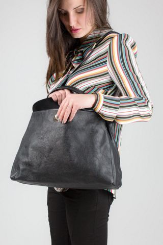 Borsa in vera pelle, modello shopping con tracolla, colore nero. MADE IN ITALY http://www.brendatelier.it/prodotto.asp?st=primavera_estate_2015&tag=borsa_pelle_shopping_tracolla__L-BO258&col=nero&lang=it