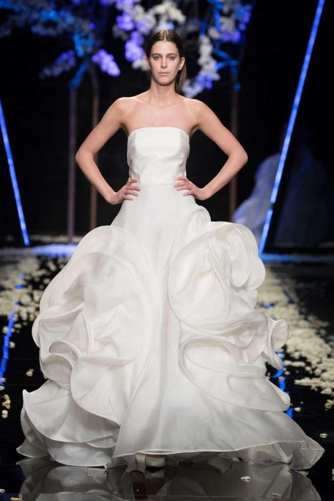 a45f8723296f Abito da sposa con bustier - Vestito da sposa con gonna a balze e corpetto  in seta dalla collezione Antonio Riva 2019.