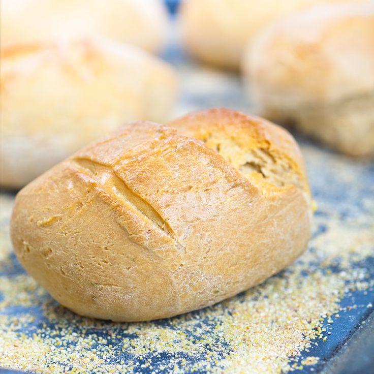 PAIN DE MAIS (Pour 4 P – 250 g de farine de maïs • 80 g de farine de blé • 1 œuf • 3 pots de yaourt nature • 6 c à s d'huile • 1 c à s de miel liquide • 1 c à c de levure • 1/2 c à c de bicarbonate • 1 c à c de sel)