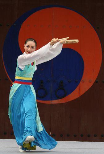 Korean dance performance at Hwaseong in Suwon, Korea  www.travel4life.club