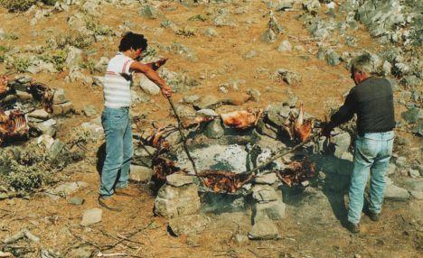 Δεν είναι τυχαίο το ότι ακόμη και σήμερα ο πιο αγαπημένος τρόπος ψησίματος του κρέατος στην Κρήτη είναι στα κάρβουνα, το «οπτόν» (=ψητό, ψημένο) ή οφτό, όπως λέγεται ακόμη.