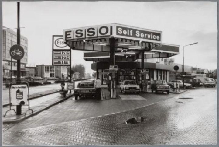 Amersfoort<br />Amersfoort: Toen was de benzine ook al 1.70....... maar wel in guldens. Pompstation Esso Self Service aan de Amsterdamseweg 7 in 1983