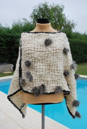 Poncho tejido con lana tipo vellon y agregado de piel