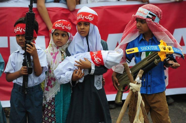 Des petits Pakistanais avec dss armes en plastique dans une manifestation de soutien à Gaza organisée par le parti fondamentaliste islamique Jamaat-i-Islami (JI) à Karachi