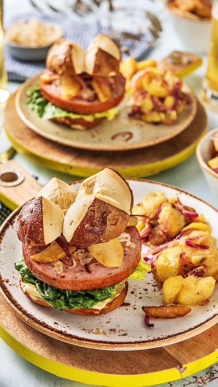 Wies'n-Burger im Laugenbrötchen mit Schinkenspeck, Sauerkraut und Kartoffelsalat