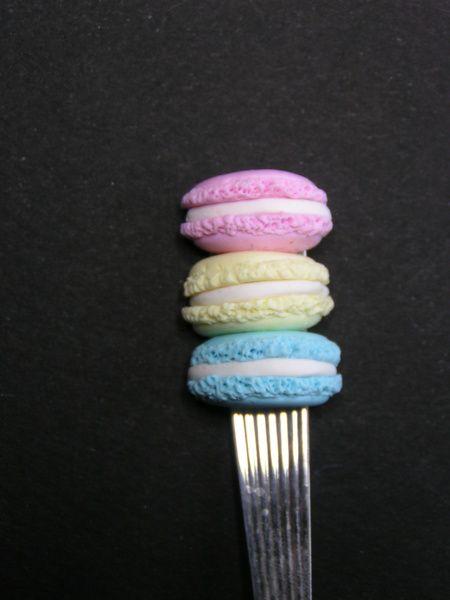 cuillère décorée d'un trio de macarons en fimo de Jewelry fimo sur DaWanda.com