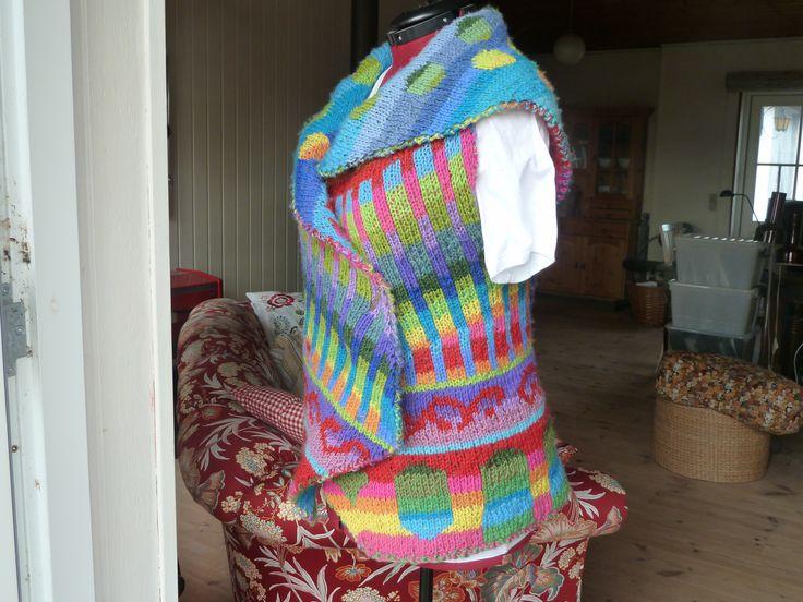 Strikket vest i dobbeltstrik. Knitted vest, in dubbleknitting.