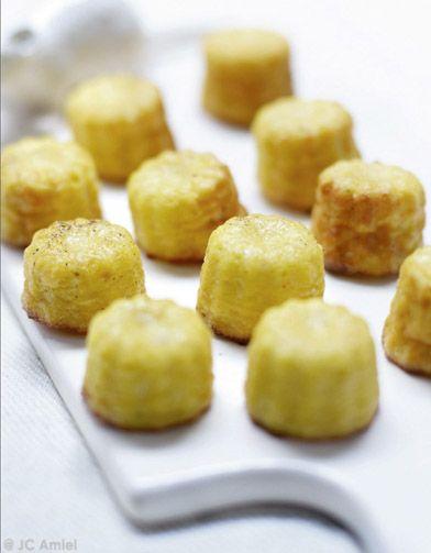 Recette Mini-cannelés au chou-fleur : Faites cuire les fleurettes de chou-fleur pendant 15 mn à la vapeur. Ecrasez-les ensuite au presse-purée. Laissez tiéd...