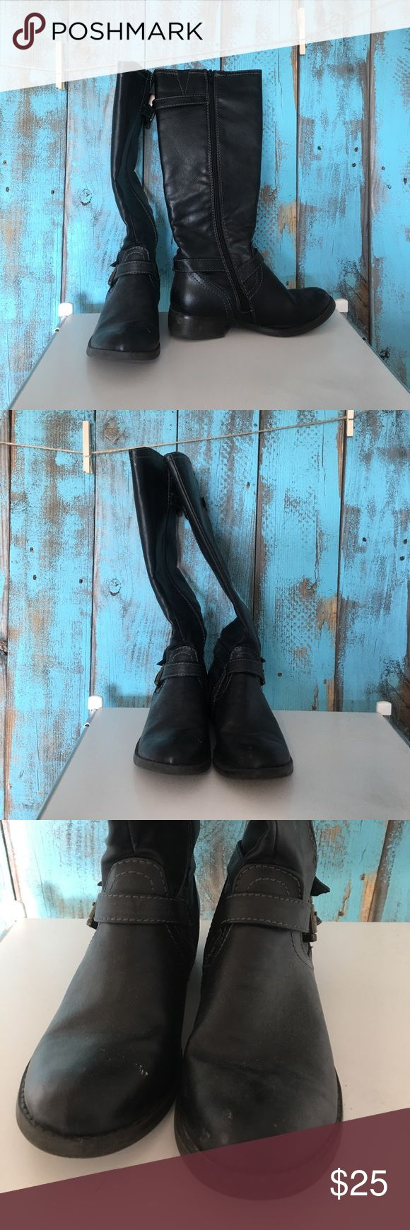 EUC 💫 women's zip up boot 💫 size 7 EXCELLENT used condition. Refer to pics to see the MINIMAL wear. No rips, stains or tears!   🚭Smoke free home 🐶🐱 Pet free home 💰All offers considered, use the offers tab only ➡️⬅️ No trades 📦📬 Fast shipping Shoes Winter & Rain Boots