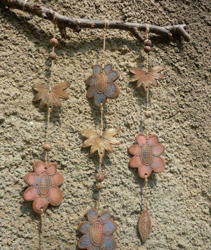 Závan Keramická zvonkohra, keramická dekorace Rozměry: šíře 35 cm, celková délka 70 cm