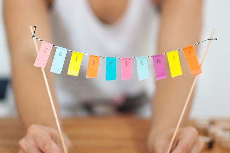 Banderín de washi tape para decorar una tarta de cumple.