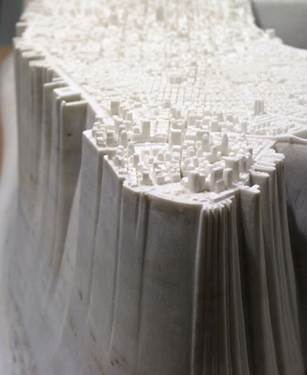 大理石の上に作り上げられたマンハッタンの街並み by 曽根裕
