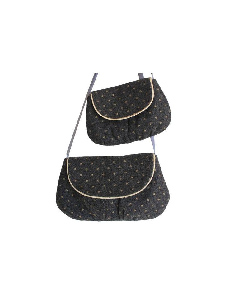 Pochette à porter en bandoulière avec rabat bordé d'un passepoil. Deux tailles vous sont proposées: la version femme et la version enfant. Ce modèle peut être réalisé avec les chutes de la jupe FRONCETTE en fonction de la taille que vous aurez réalisée.