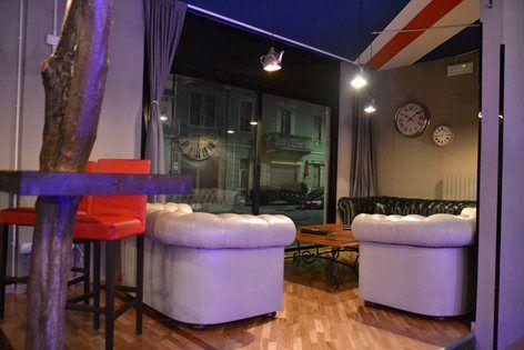 Drink Me, Castellanza, 2011 - Nicola G-Design #architettodeilocali #castellanza #pubinglese #alicenelpaesedellemeraviglie #teiera #divano #inglese #stileinglese #london #nicolagdesign