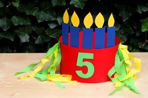 verjaardagsmuts voor een 5 jarig kind met kaarsjes en versierd met crepepapier sliertjes