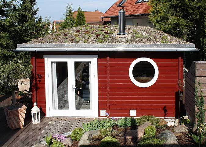 Saunahaus mit Dachbegrünung und Holzofen