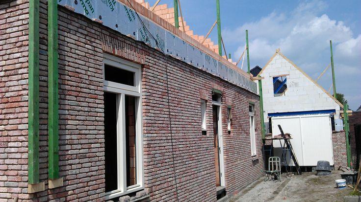 Metselwerk Hanekammen boven ramen en deuren.
